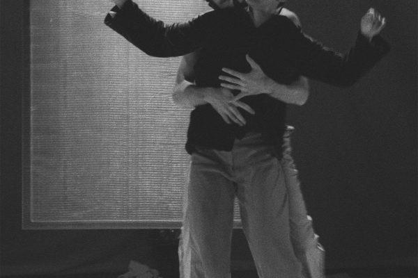 Angela Guerreiro: FADE Kampnagel Hamburg 1996 Künstleriche Leitung: Angela Guerreiro. Choreografie und Tanz:Angela Guerreiro, Marc Rees, Aloisio Avaz.  Musik: Hendrik  Lorenzen. Licht: Sérgio Pessanha. Set-design: Markus Böhler. Kostüme: Tina Klietz. Produktion: DepArtment/Katharina von Wilke. (In Koproduktion mit Kampnagel Hamburg. Foto © Wolfgang Unger info@wolfunger.de 1996