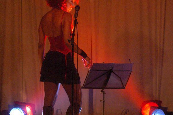 """Angela Guerreiro - """"Irma Vep"""": The last Party - in Glamour; (Veranstaltung der Tnzinitiative Hamburg e.V.  in Hamburg-St.Pauli, Spielbudenplatz) als """"Irma Vep"""". Foto © Wolfgang Unger info@wolfunger.de"""